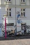 Un ragazzo che scala la facciata Fotografia Stock Libera da Diritti