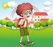 Un ragazzo che va a casa dalla scuola Fotografia Stock