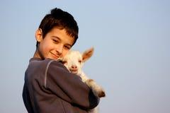 Un ragazzo con la capra Fotografie Stock Libere da Diritti