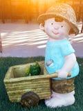 Un ragazzo con la sua rana Fotografie Stock
