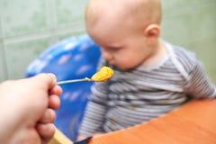 Un ragazzo con una bocca chiusa non vuole mangiare fotografia stock