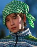 Un ragazzo con una sciarpa gradice il pirata Fotografia Stock