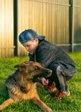 Un ragazzo conserva il suo cane dalle zanzare fotografie stock