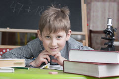 Un ragazzo di 8 anni impara le lezioni della casa Fotografie Stock