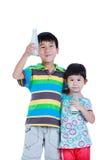 Un ragazzo di due asiatici e latte alimentare della ragazza, isolato su bianco Drinkin Immagini Stock