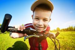 Un ragazzo di sei anni su una bici Immagine Stock