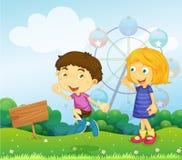 Un ragazzo e una ragazza che giocano vicino ad un'insegna vuota Fotografia Stock