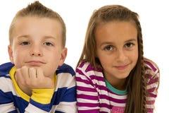 Un ragazzo e una ragazza che indicano per un ritratto casuale Fotografia Stock
