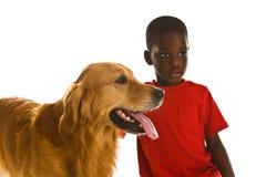 Un ragazzo ed il suo cane. immagini stock libere da diritti