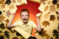 Un ragazzo felice del bambino di 3 o 5 anni divertiresi slogan o prodotto Posto per il vostro testo Acquisto nero di venerdì nove fotografia stock