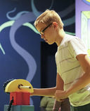 Un ragazzo lavora una macchina al museo del ` s dei bambini di scoperta, Las VE fotografia stock