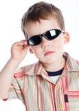 Un ragazzo negli occhiali da sole immagini stock