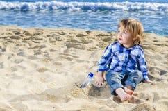 Un ragazzo piacevole sulla spiaggia Fotografia Stock
