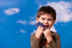 Un ragazzo sorridente di tre anni Fotografia Stock