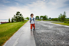 Un ragazzo sta giocando con le bolle di sapone Immagini Stock Libere da Diritti