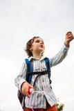Un ragazzo sta giocando con le bolle di sapone Fotografia Stock