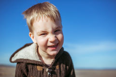 Un ragazzo sta sorridendo per la macchina fotografica Fotografia Stock Libera da Diritti