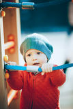 Un ragazzo sta sul campo da giuoco Fotografia Stock Libera da Diritti