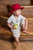 Un ragazzo sveglio con una mela. Immagine Stock Libera da Diritti
