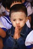 Un ragazzo sveglio del Myanmar con forma rotonda tanaka fotografia stock libera da diritti