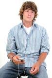 Un ragazzo teenager attraente di sedici anni che ascolta le cuffie Fotografie Stock