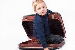 Un ragazzo in una valigia Fotografie Stock Libere da Diritti