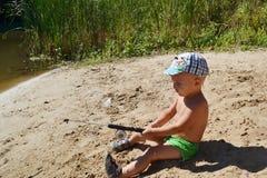 Un ragazzo va pescare Immagini Stock