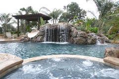 Un raggruppamento con una cascata in un cortile di lusso Fotografia Stock