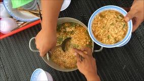 Un ragoût des nouilles instantanées pour beaucoup de personnes en Asie