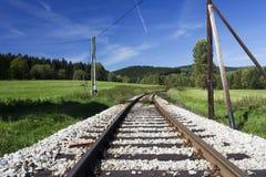 Un rail de train à une forêt photographie stock