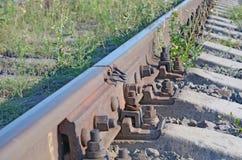 Un rail sur les dormeurs concrets avec le plan rapproché commun photo stock