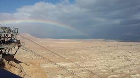 Un rainboow nel deserto alla spiaggia fotografie stock