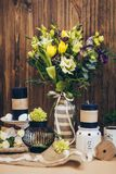 Un ramo asombroso de la boda en tonos violetas amarillos con el negro mira al trasluz la decoración de madera rústica hermosa del Fotografía de archivo