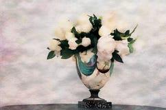 Un ramo blanco de la flor de la peonía en un florero del color en un fondo blanco stock de ilustración