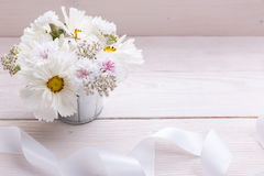 Un ramo de flores blancas en los tableros blancos Foto de archivo libre de regalías