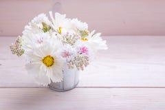Un ramo de flores blancas en los tableros blancos Foto de archivo