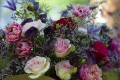 Un ramo de flores blancas rojas de rosas rojas y rosadas imagen de archivo libre de regalías