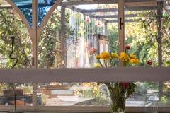 Un ramo de flores en un día claro en un café imagenes de archivo