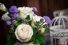 Un ramo de flores en un florero fotografía de archivo libre de regalías