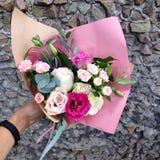un ramo de flores en un fondo de una pared de piedra Fotografía de archivo libre de regalías