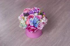 Un ramo de flores en una cesta fotografía de archivo libre de regalías
