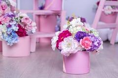 Un ramo de flores en una cesta en el fondo de arreglos florales en el estudio Decoraciones hermosas fotos de archivo libres de regalías