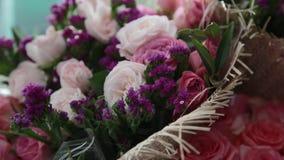 Un ramo de flores hermosas en el paquete almacen de metraje de vídeo