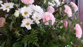 Un ramo de flores de margaritas y de claveles está en la iglesia evangélica almacen de video