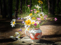 Un ramo de flores salvajes en un florero Foto de archivo