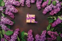 Un ramo de lilas con la caja de regalo en fondo oxidado Día del `s de la madre foto de archivo libre de regalías