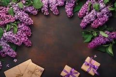 Un ramo de lilas con la caja de regalo, sobre del arte en fondo oxidado Día del `s de la madre imagen de archivo libre de regalías