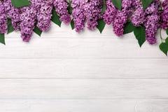 Un ramo de lilas en los tableros blancos foto de archivo