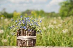 Un ramo de pequeñas flores azules hermosas llamó nomeolvides en una tabla en el verano foto de archivo