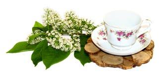 Un ramo de puntilla fresca del lirio de los valles cerca de un par f del té Fotos de archivo libres de regalías
